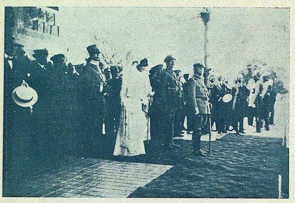 TRA-1924-208 - Los Reyes de España y de Italia en visita a Toledo, desfile de los alumnos en la estación - Foto Carmonaz