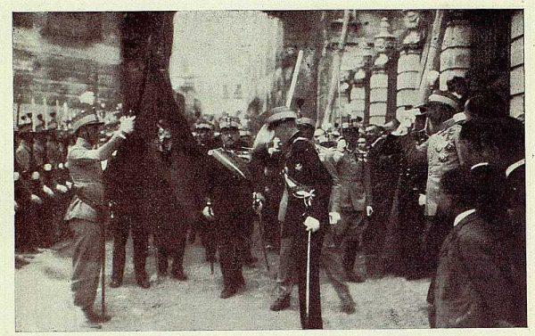 TRA-1926-232 - Coronación de la Virgen del Sagrario, el Príncipe de Asturias saludando a la Bandera