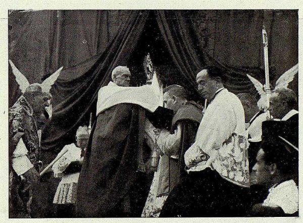 TRA-1926-238 - Congreso Eucarístico Nacional, el Cardenal Primado elevando la Sagrada Forma