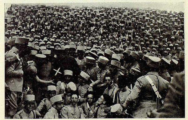 TRA-1927-243 - El Rey y la Academia de Infantería, el rey con los alumnos