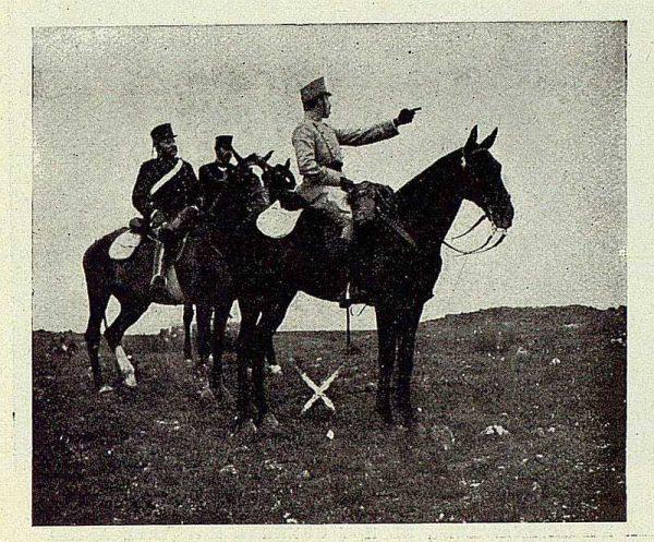 TRA-1927-243 - El Rey y la Academia de Infantería, el rey dirigiendo unas maniobras