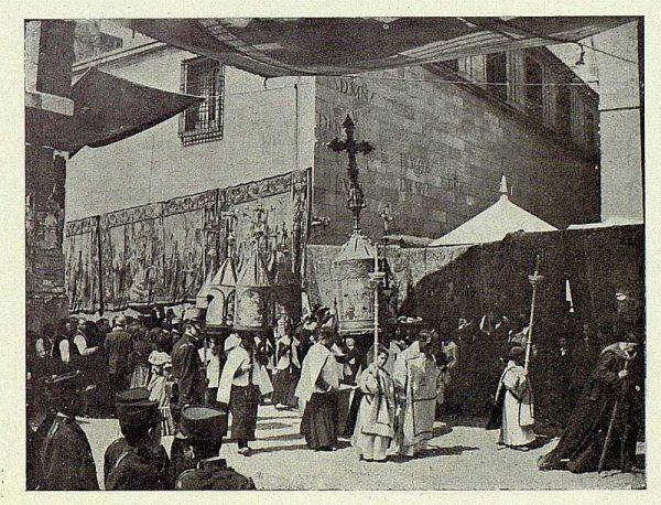 TRA-1927-244 - Corpus, la Manga catedralicia con las Mangas parroquiales