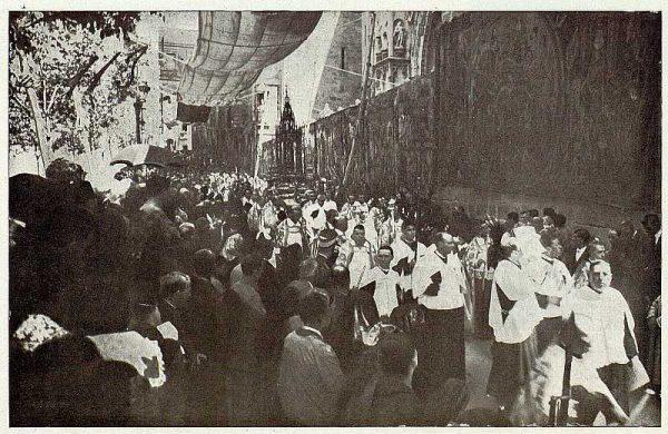 TRA-1927-244 - Corpus, la Procesión retorna a la Catedral
