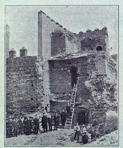 003_TRA-1916-063-La Antigua Puerta de Visagra antes de restaurarla-Foto Lucas Fraile
