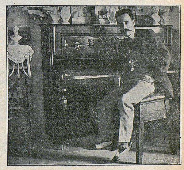 0103_TRA-1916-056-Joaquín Flores en su estudio-Foto Ciarán