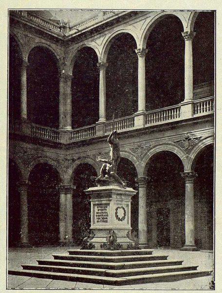 011_TRA-1922-181-Patio del Alcázar-Foto Clavería