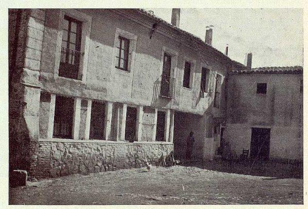 012_TRA-1923-196-Patio del antiguo convento de Gilitos en el Paseo de la Rosa
