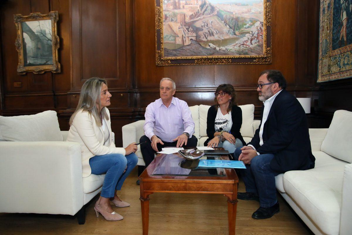 http://www.toledo.es/wp-content/uploads/2019/10/01_reunion_familia_numerosa-1200x800.jpg. La alcaldesa recibe en el Ayuntamiento a representantes de la Asociación de Familias Numerosas para atender sus demandas