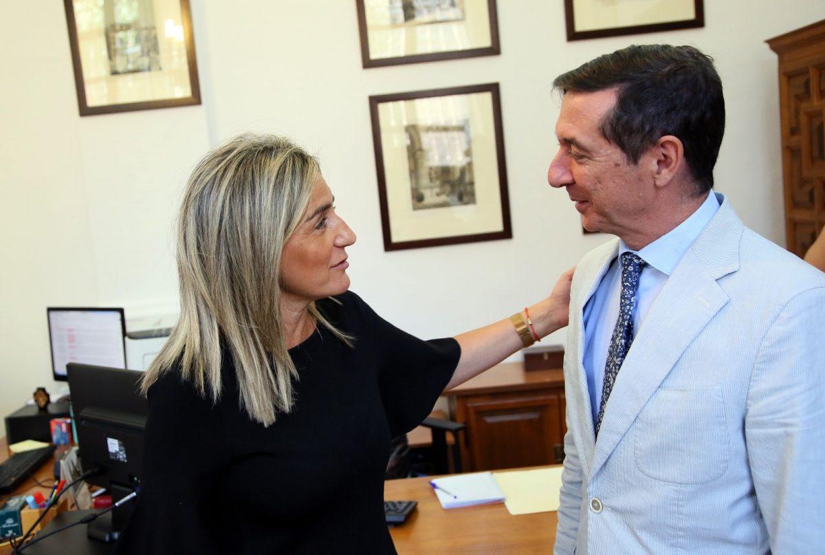 http://www.toledo.es/wp-content/uploads/2019/10/01_tolon_presidente_audiencia-1200x807.jpg. Milagros Tolón recibe al nuevo presidente de la Audiencia Provincial de Toledo, Juan Ramón Brigidano, en el Ayuntamiento