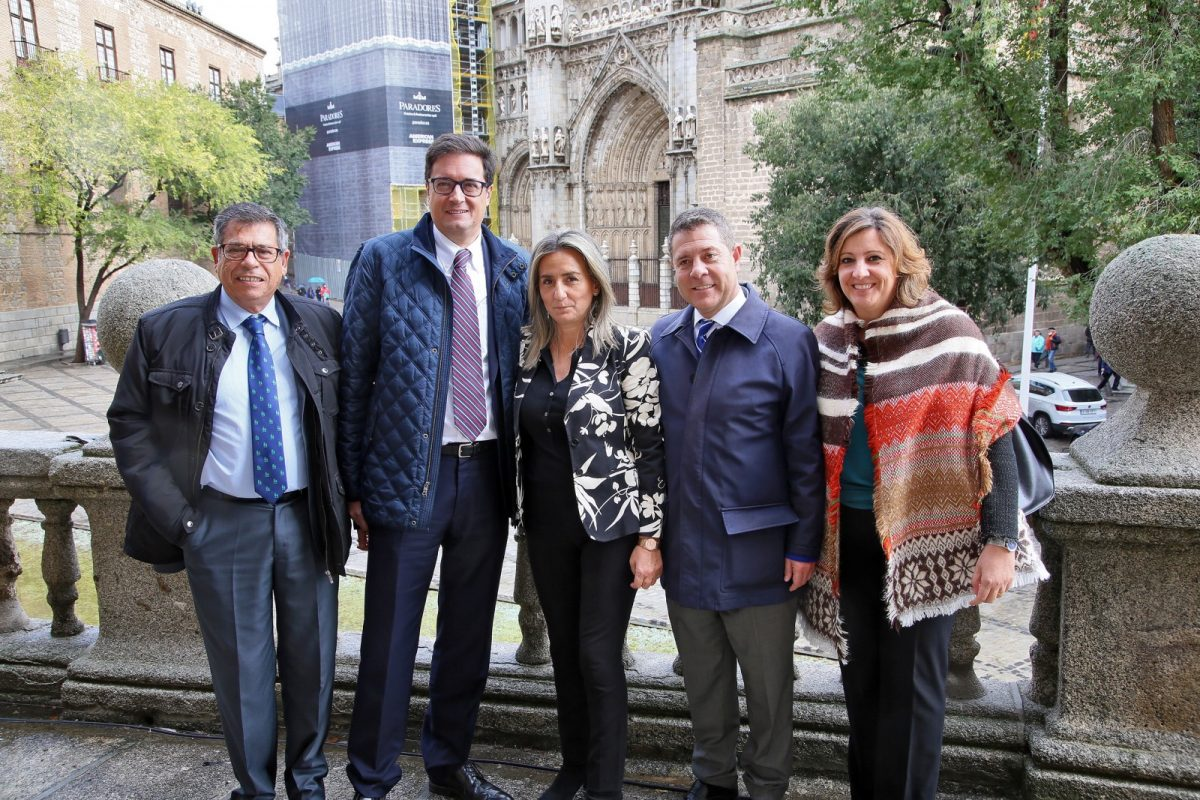 http://www.toledo.es/wp-content/uploads/2019/10/01_visita_presidente_paradores-1200x800.jpg. El presidente de Paradores conoce el Ayuntamiento junto a la alcaldesa y visita las obras de restauración de la Catedral