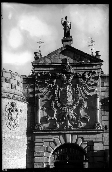 02 - 1952-11-00 - 040 - Toledo - Escudo de la Puerta de Bisagra