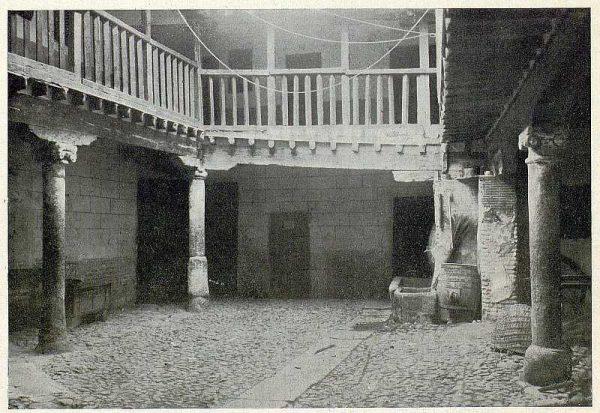 027_TRA-1930-277-Posada de la Sangre, patio