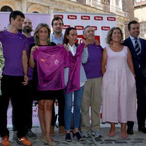 a alcaldesa respalda la presentación de la camiseta 'más toledana' de la 'San Silvestre' que abre este martes sus inscripciones