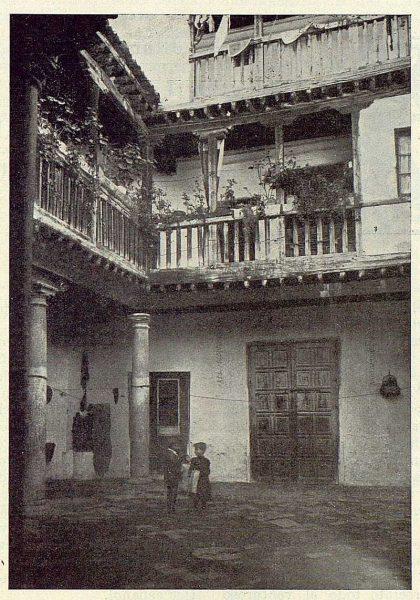 0367_TRA-1923-193-Casa de las Cadenas en la calle de las Bulas, patio-Foto Comendador