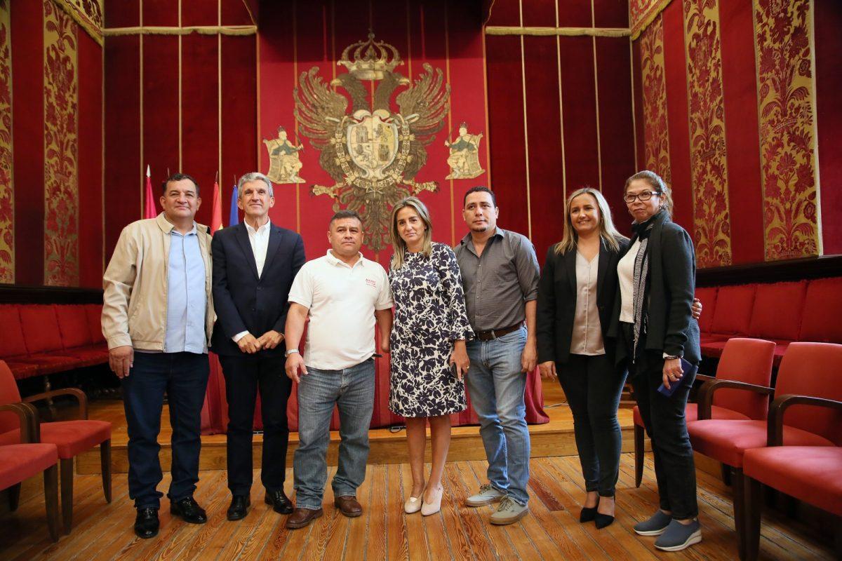 https://www.toledo.es/wp-content/uploads/2019/10/03_alcaldes_del_salvador-1200x800.jpg. La alcaldesa recibe a una delegación de alcaldes de municipios de El Salvador interesados en Toledo como referente de cooperación
