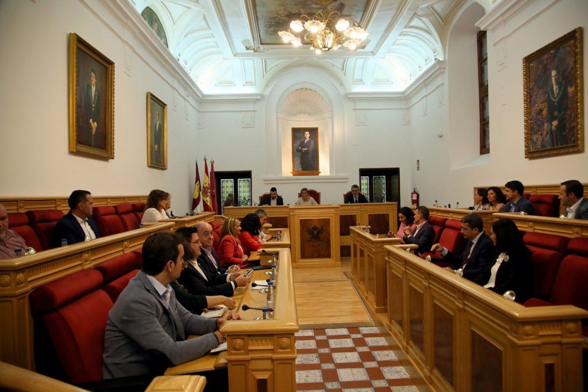"""https://www.toledo.es/wp-content/uploads/2019/10/03_pleno_municipal-1200x800.jpg. Aprobado en el Pleno el voto ponderado en las comisiones tras la designación como concejal """"no adscrito"""" de Luis Miguel Núñez"""