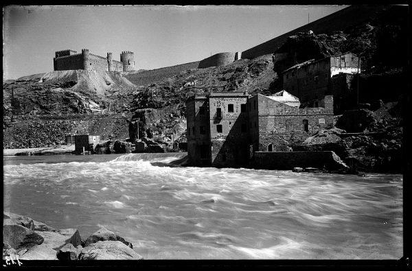 04 - 1952-11-00 - 113 - Toledo - Río Tajo y Castillo de San Servando