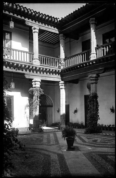05 - 1947-07-00 - 016 - Toledo - Patio típico [Calle Núñez de Arce]