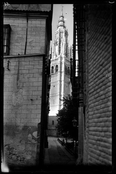 05 - 1958-06-00 - 011_2 - Toledo - Calle y torre de la Catedral