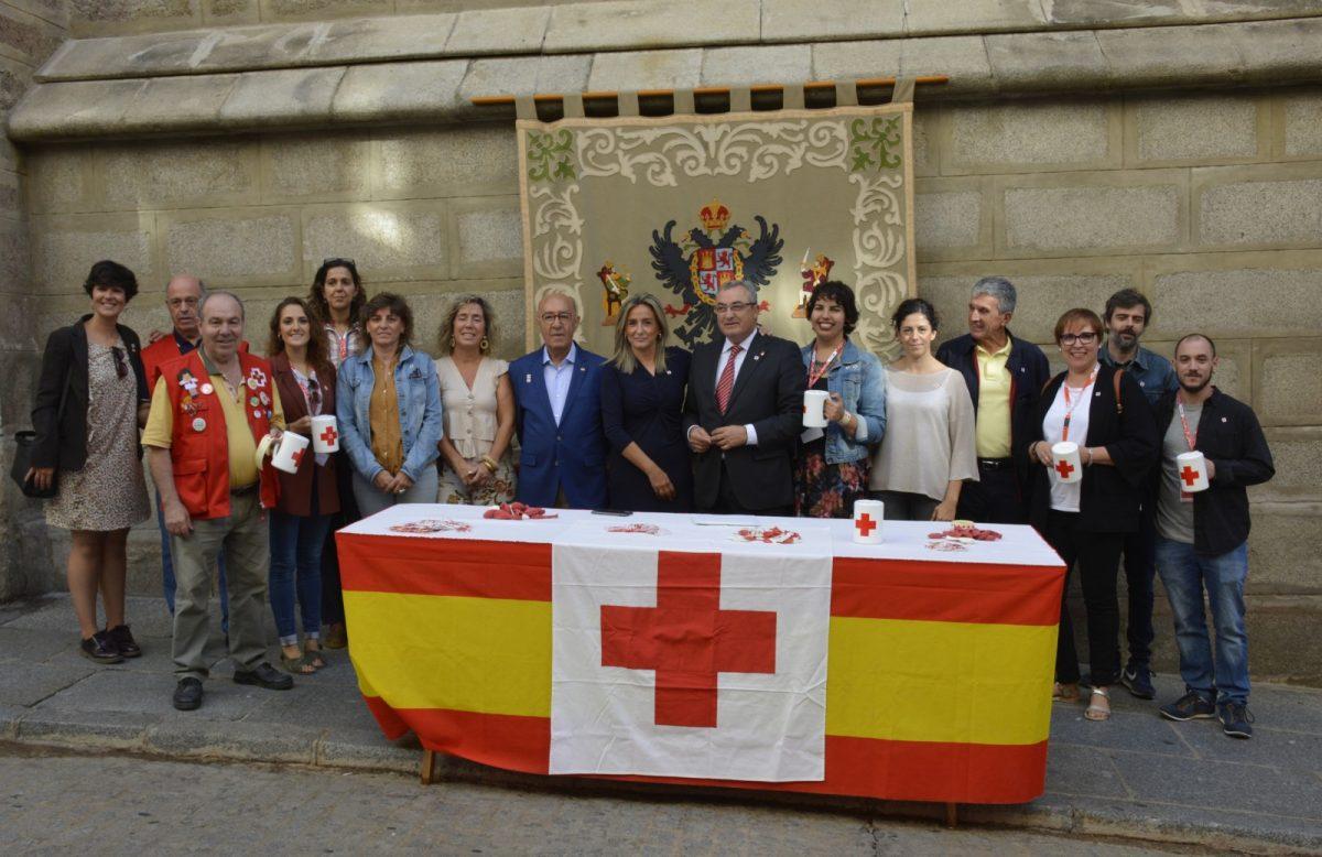https://www.toledo.es/wp-content/uploads/2019/10/05-dia-banderita--1200x778.jpg. La alcaldesa colabora con Cruz Roja en el Día de la Banderita cuyos fondos irán destinados a proyectos de apoyo a personas mayores