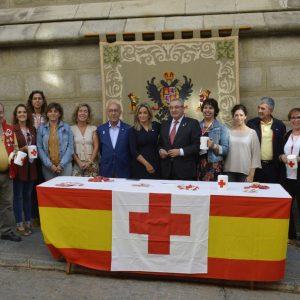 a alcaldesa colabora con Cruz Roja en el Día de la Banderita cuyos fondos irán destinados a proyectos de apoyo a personas mayores