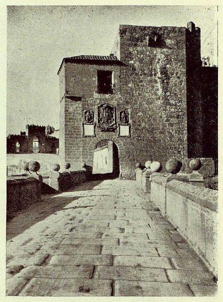 052_TRA-1929-263-Restauración de monumentos, torre del Puente de San Martín que se pretende restaurar-Foto Rodríguez