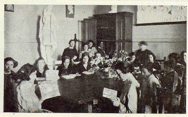 0550_TRA-1923-194-Escuela Normal de Maestras, alumnas en la biblioteca-Foto Rodríguez