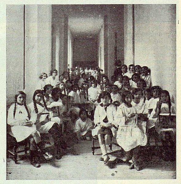 0556_TRA-1923-194-Escuela Normal de Maestras, grupo de niñas en la hora del recreo-Foto Rodríguez
