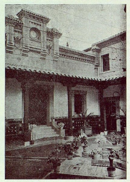 0600_TRA-1924-203-Palacio de Higares de los Duques de la Vega, patio-Foto Rodríguez