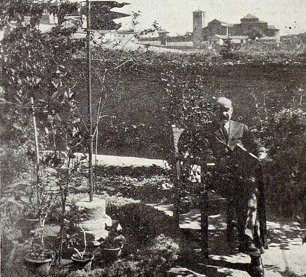 069_TRA-1926-228-Casa de Angel Vegue Goldoni, Vegue en su jardín-Foto Rodríguez