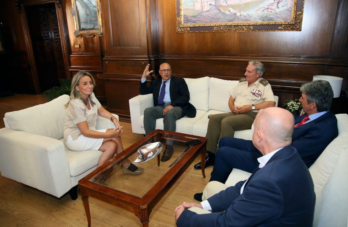 https://www.toledo.es/wp-content/uploads/2019/10/06_tolon_secretario_estado_defensa-1200x785.jpg. Reunión de la alcaldesa de Toledo con el Secretario de Estado de Defensa, Ángel Olivares
