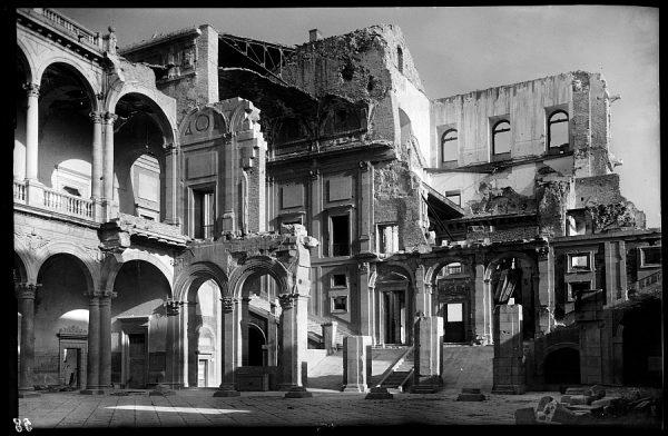 07 - 1947-07-00 - 058 - Toledo - Patio del Alcázar