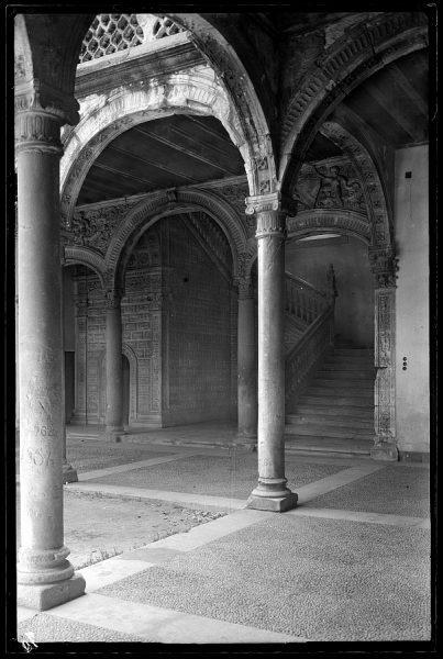 070 - Toledo - Santa Cruz. Detalles del patio y escalera