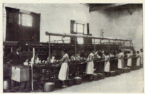 0732_TRA-1927-246-Seda toledana, La Banca y el Armario en plena actividad-Foto Rodríguez