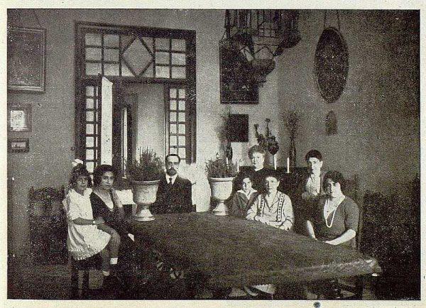 074_TRA-1921-176-Casa de El Bosque, el marqués con su familia