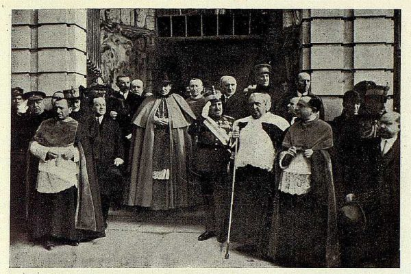 0756_TRA-1928-251-Nuevo Primado, ldespués del Tedeum en la Catedral-Foto Rodríguez