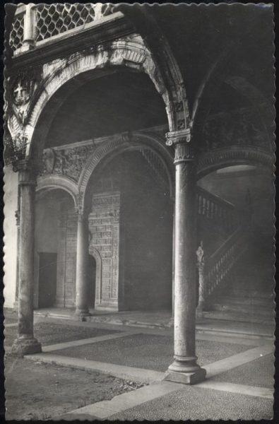08 - 1958-06-00 - 042 - Toledo - Santa Cruz. Detalles del Patio y Escalera