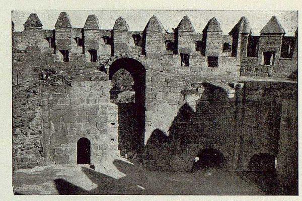 0836_TRA-1929-263-Restauración de monumentos, un ventanal alto antes de descubrirle-Foto Rodríguez