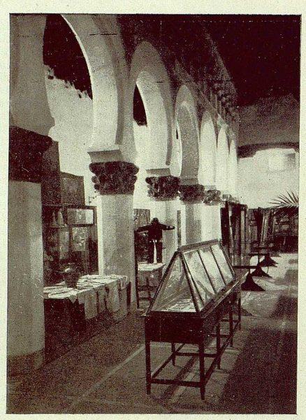 0879_TRA-1929-269-Exposición Regional de Bellas Artes e Industrias, Sinagoga de Santa María la Blanca, nave lateral damasquinados y labores-Foto Rodríguez