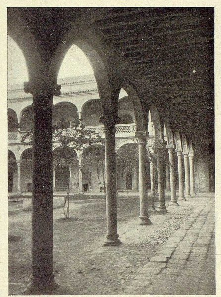 0897_TRA-1929-272-Hospital de Santa Cruz, patio-Foto Rodríguez