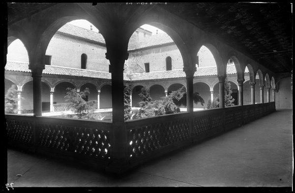10 - 1958-06-00 - 077 - Toledo - Santa Cruz. Galería del patio