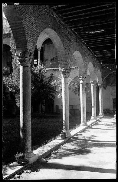 108 - Toledo - Santa Cruz. Detalle del patio