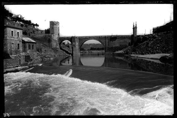 12 - 1958-06-00 - 062_1 - Toledo - Puente de Alcántara sobre el Tajo