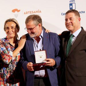 ilagros Tolón asiste a la entrega de Premios al Mérito Artesano, que reconoce la labor del espadero toledano Antonio Arellano