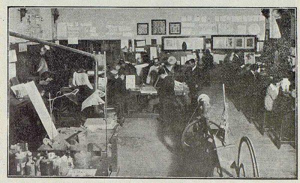 142_TRA-1921-170-Escuela de Artes y Oficios, clase de cerámica y vidriera-Foto Rodríguez