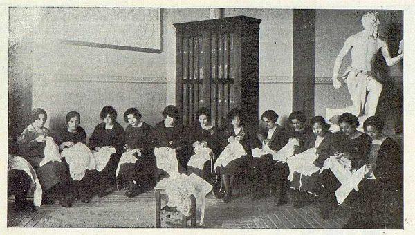 146_TRA-1923-194-Escuela Normal de Maestras, alumnas de cuarto año en el ropero- Foto Rodríguez