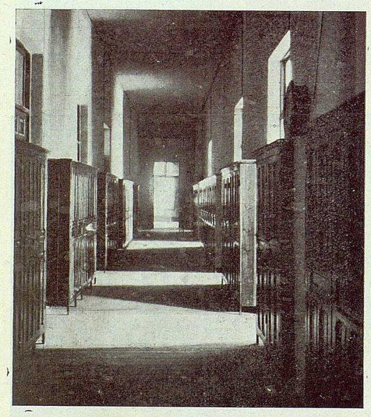 152_TRA-1923-194-Escuela Normal de Maestras, galería de armarios-Foto Rodríguez