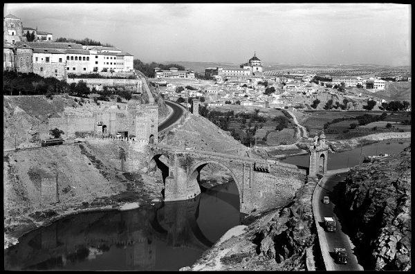 16 - 1961-04-00 - Toledo - Vista del puente de Alcántara y el Hospital Tavera