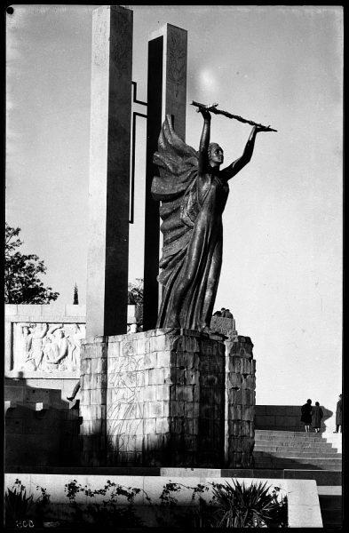 21 - 1961-11-00 - 505 - Toledo - Vista del costado derecho del monumento a los Héroes del Alcázar