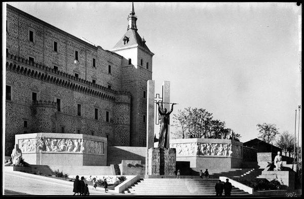 22 - 1961-11-00 - 506 - Toledo - Vista general del monumento a los Héroes del Alcázar